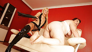 Big matue woman getting wet with a hot young babe
