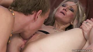 Blonde mature woman seduces fellow to fuck