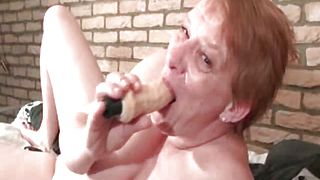 Crazy mature woman sucking huge dildo part3