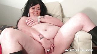 Mature tramp sucks and rubs phallus